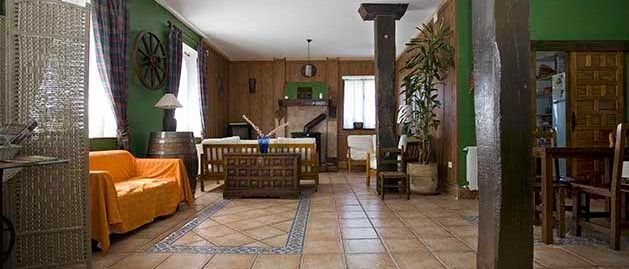 Salón comedor. Alojamiento turismo rural Sopuerta.
