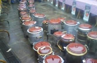 30 pucheras delante de unas mesas con mantel de cuadros. Casa rural Enkartada.Qué hacer en Sopuerta: fiestas de San Severino