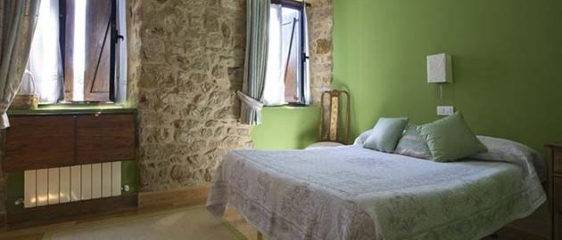 Habitación verde de la casa rural Enkartada en Sopuerta.