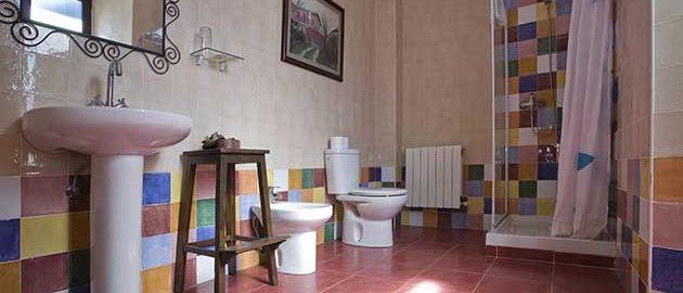 Baño de la casa rural Enkartada en Sopuerta.